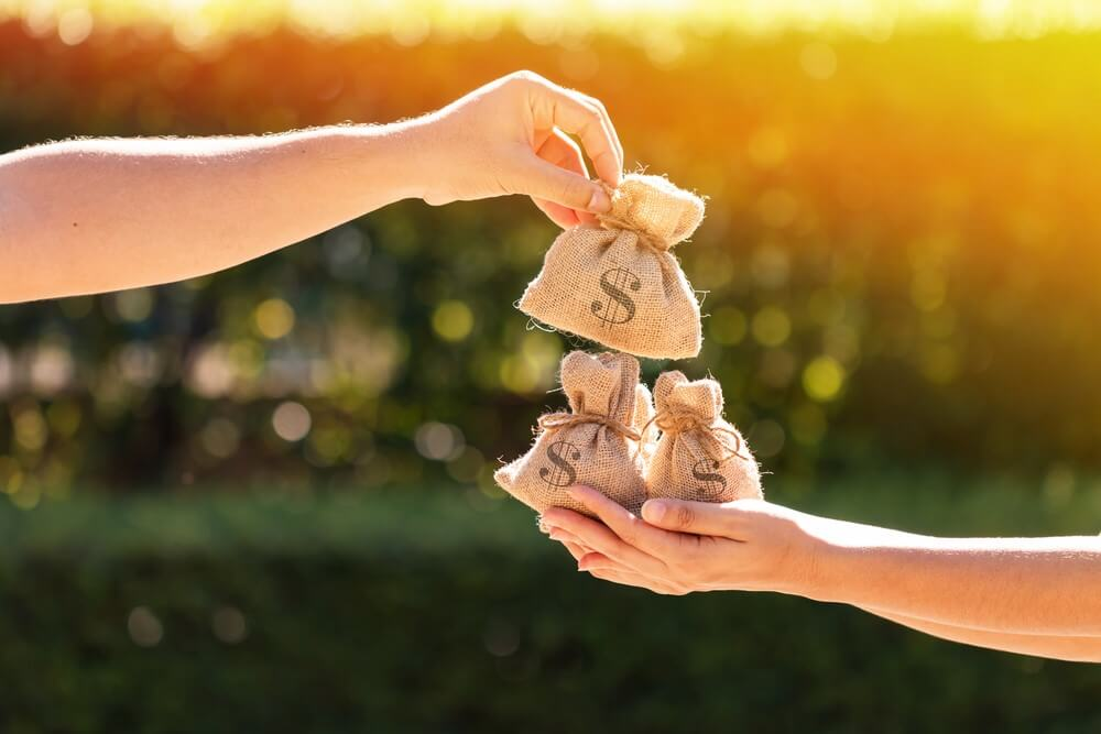 Customer service pay day (Photo: Shutterstock)