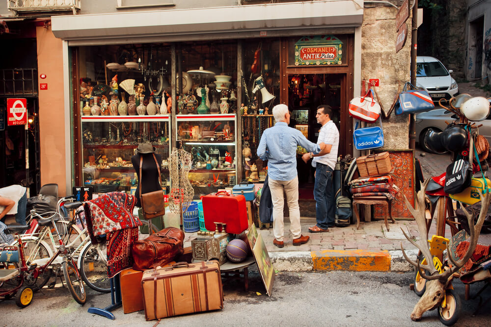 Turkish vintage store customer service (Photo: Radiokafka Shutterstock)